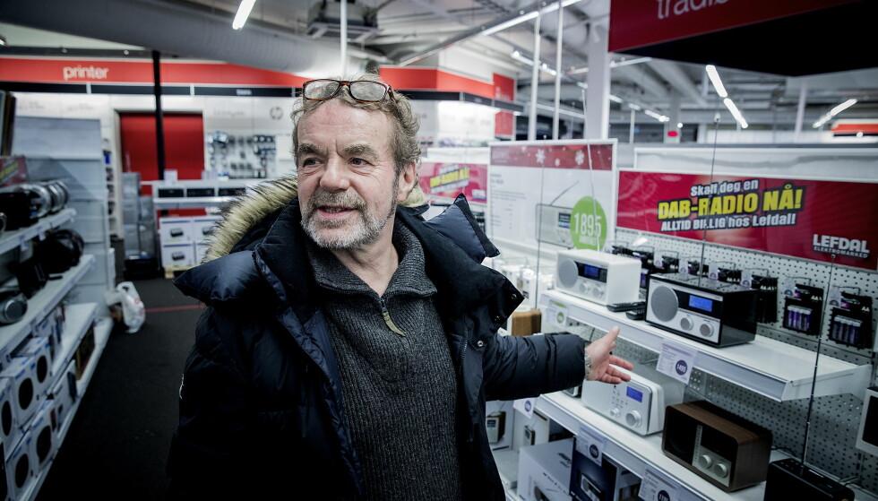 <strong>KJØP:</strong> Morten Strand fra Oslo er på jakt etter en DAB-radio han og samboeren skal ha på badet. Slik han ser det står valget mellom å kjøpe dette og fortsatt høre på radio, eller å ikke ha radio. FOTO: Bjørn Langsem / Dagbladet