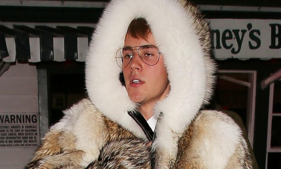 FÅR KRITIKK: Justin Bieber får stryk-karakter av dyrevernere etter å ha dratt på byen i det han selv hevder er en ekte pelsjakke. Foto: NTB Scanpix