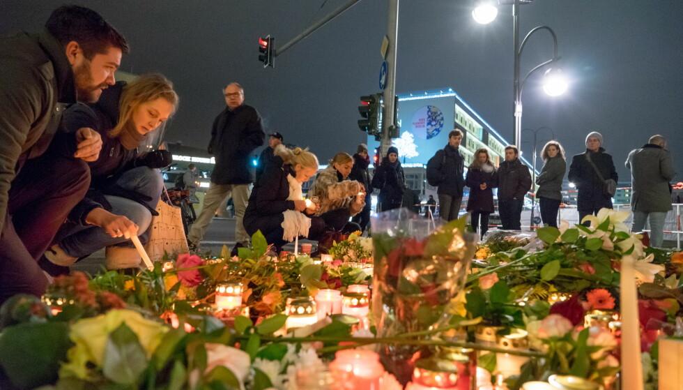 BERLIN-TERROREN: Dagen etter at lastebilen kjørte inn i folkehavet på et julemarked i Berlin, la berlinerne ned blomster og tente lys ved åstedet for å minnes ofrene. Foto: Per Ervland / Dagbladet