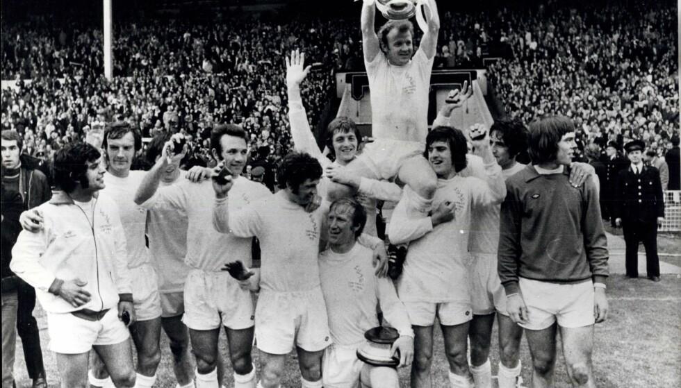 TO ÅR FØR: Leeds vant FA-cupen på Wembley i 1972, etter 1-0 over Arsenal. Billy Bremner bæres av lagkameratene. Foto: NTB Scanpix/Keystone Pictures USA/ZUMAPRESS
