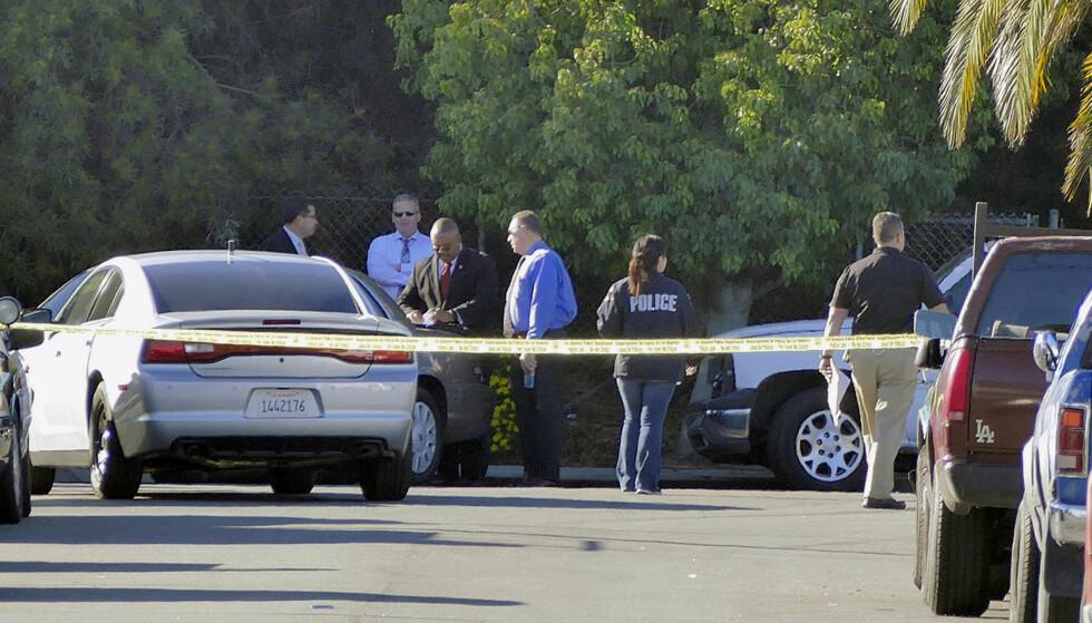 ETTERFORSKNING: Politi og rettsmedisinere var raskt på stedet da meldingene om at en kvinne i 30-åra var funnet død i en hage i Los Angeles begynte å tikke inn. Kvinnen de fant var Lisa Marie Naegle, som for seks år siden var realitystjerne i USA. Foto: NTB scanpix