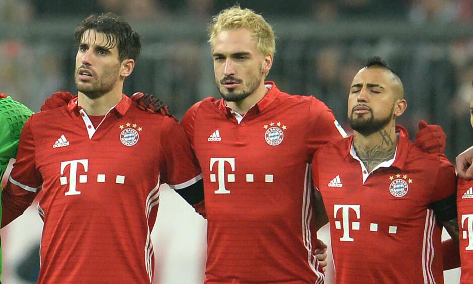 FINN ÉN FEIL?: Bayern-spillerne Javi Martinez, Mats Hummels og Arturo Vidal før toppkampen mot RB Leipzig. Én av spillerne hadde tapt et veddemål. Du ser trolig hvem. Foto: Andreas Gebert/dpa