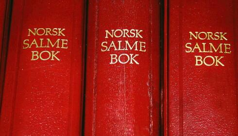 SALMEBOK: Det er lov å revidere og gjendikte salmer. Nå brukes Norsk salmebok, som kom ut i 1985. Her er også de reviderte versjonene av julesangene brukt. Foto: Scanpix (FRB) / Heidi B. Nilsen