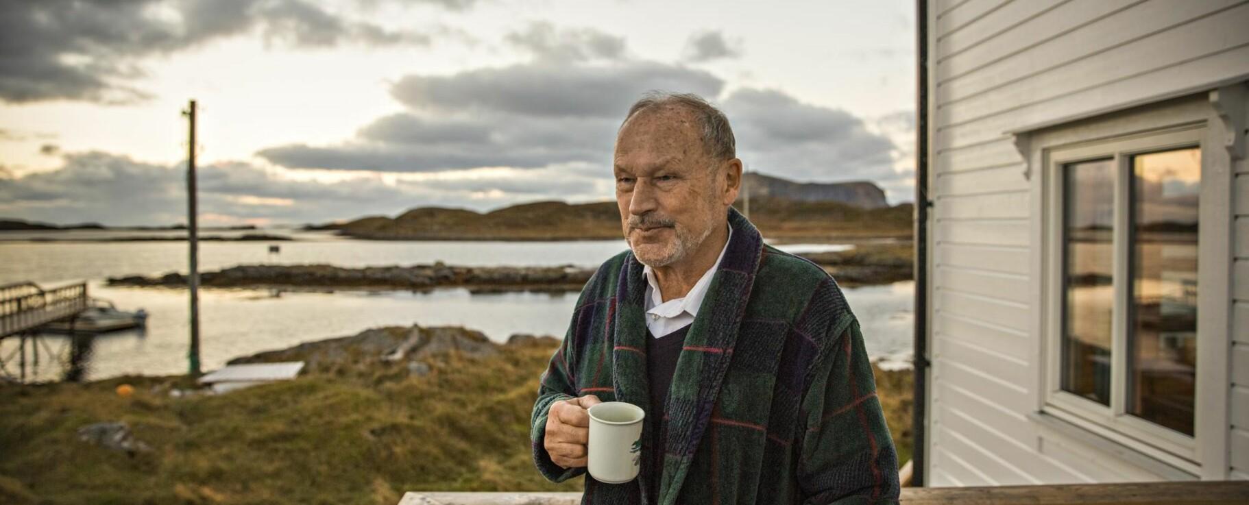 UTSYN: – Røst har vært et definerende sted for mitt menneskesyn, sier Per Fugelli ved et av sine favorittutsiktspunkt ytterst i Lofoten. Foto: JØRN H. MOEN