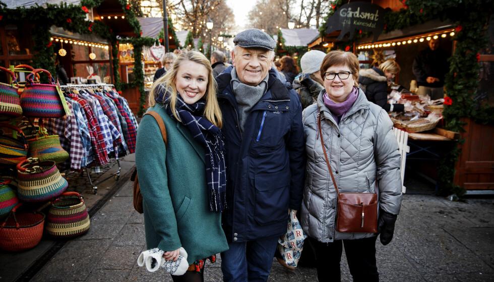 HANDLETUR: Hamar-paret Bjørn og Solvår Kirkerud er på førjulstur for å besøke barnebarnet Heida Kirkerud-Johansen. De benyttet sjansen til å besøke julemarkedet i Spikersuppa. Foto: Nina Hansen