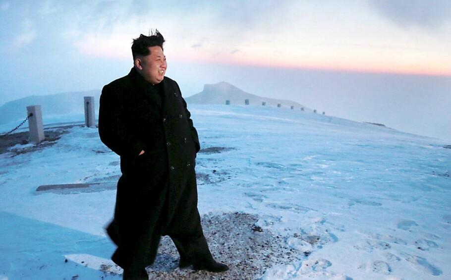 NÅDD TOPPEN:  Det er en 60 år lang ferd mot å bli atomvåpenmakt, som Nord-Koreas Kim Jong-un  er i ferd med å fullføre. Den unge diktatoren har siden han tok over makten for fem år siden lovet landets 25 millioner innbyggere både atomvåpen og økonomisk vekst. Her er han på et bilde fra april 2015, da han angivelig besteg det myteomspunne fjellet Paektu, der faren angivelig ble født. Foto: Reuters / NTB Scanpix