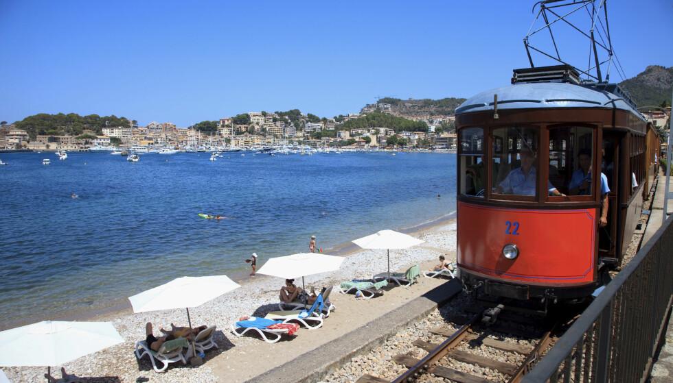 VETERANTOG: I Puerto de Soller kan du kaste deg på det gamle toget og se deg omkring. Foto: NTB Scanpix