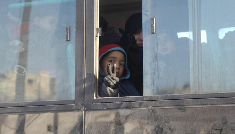 FRED? Enver Djulimans bok om fredsbygging etter krigshandlinger kom ut tidligere i år, og er fortsatt svært aktuell. Bildet viser syrere som venter på evakuering fra den østlige delen av Aleppo 18. desember. Foto: NTB SCANPIX