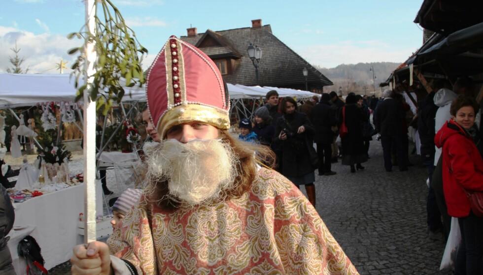 MODERNE, men gammeldags utgave av nissen: Her på et polsk julemarked. (Foto: Asbjørn Svarstad)