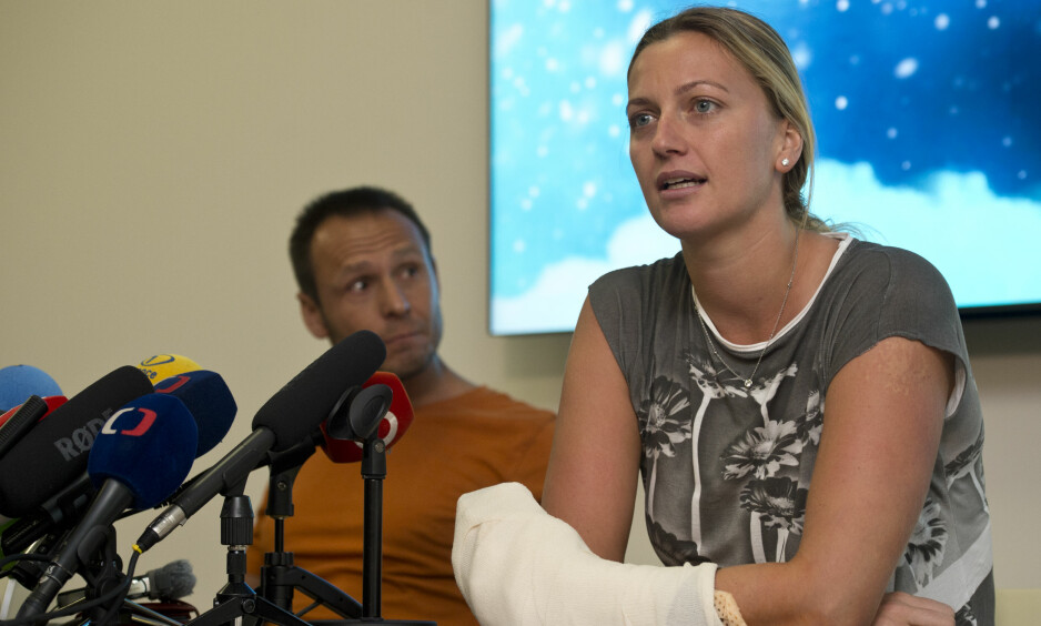 MØTTE PRESSEN: Petra Kvitova møtte fredag pressen etter å ha blitt angrepet med kniv, tirsdag. Foto: CTK Photo / Michal Kamaryt / NTB Scanpix