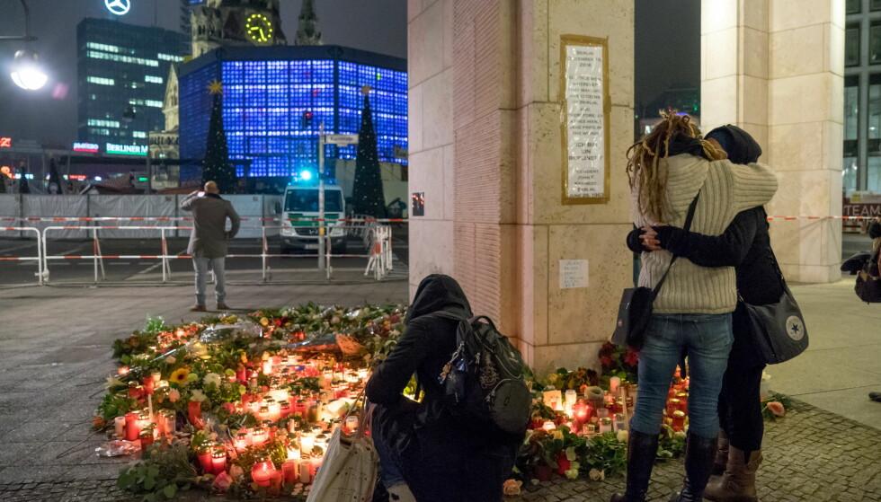 BLOMSTERHAV: Flere steder rundt det terror-rammede julemarkedet ved Kaiser Wilhelm Gedächtniskirche ligger store mengder blomster. 12 ble drept og 48 skadd i angrepet mandag. Foto: Per Ervland / Dagbladet
