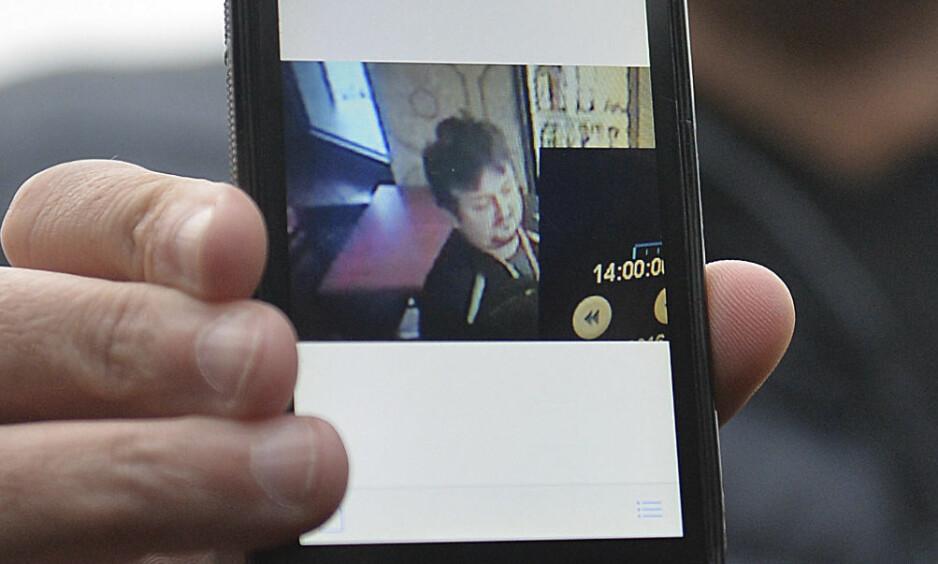 BLE DREPT: Lukasz Urban skal ha blitt knivstukket og skutt. Her holder Ariel Zurawski, Urbans fetter, opp et bilde av ham. Foto: AP Photo/NTB Scanpix