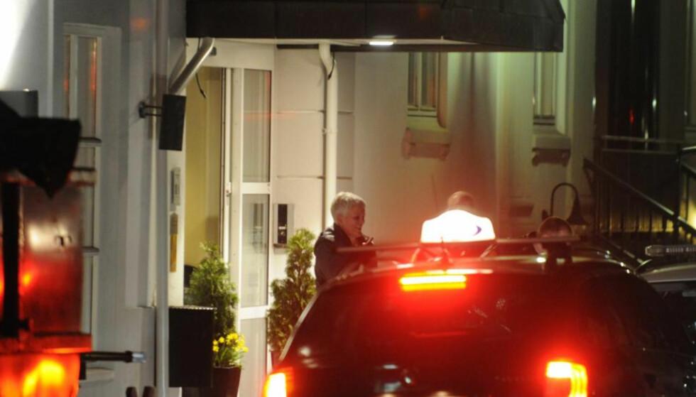 PÅGREPET: Her blir Marie Madeleine Larsen blir hentet av Vestfold-politiet på et hotell i Sandefjord i 2012. Larsen er nå hovedpersonen i en truecrime-podkast fra danske Politiken og produksjonsselskapet Third Ear. Foto: Lasse Ljung / Nyhetsfoto