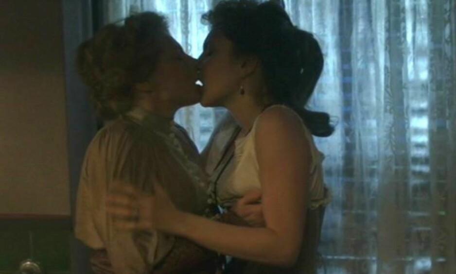 HETT: Helena Bergström spiller Selma Lagerlöf i SVT-serien «Selma». Her i het omfavnelse med det som skal være en kvinnelig prostituert. Foto: SVT