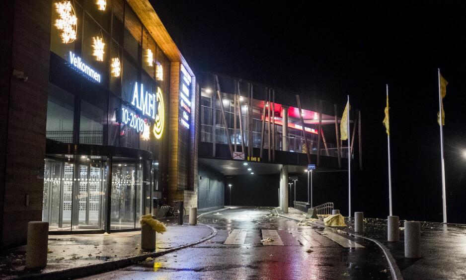 ISOLASJON PÅ VILLE VEIER: Den kraftige vinden forårsaket store ødeleggelser på det nye handlesenteret i Farsund. Foto: Tor Erik Schrøder / NTB scanpix