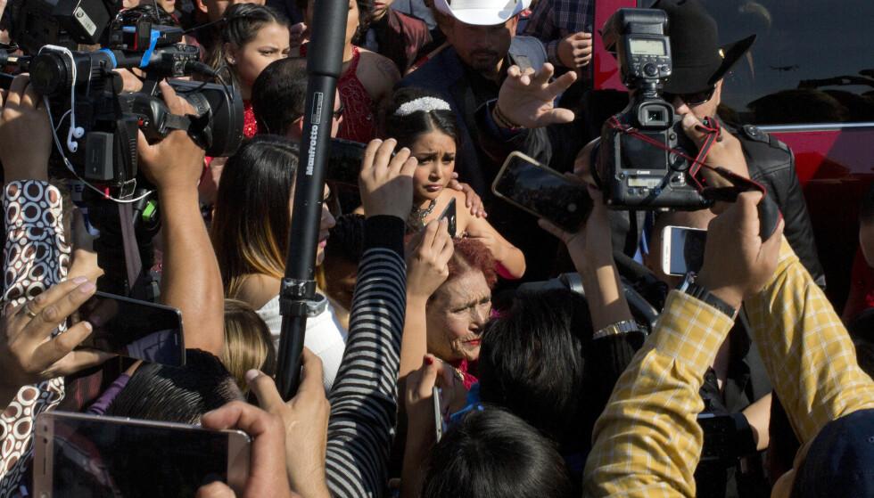 ENORM OPPMERKSOMHET: Her ankommer Rubi Ibarra sin storslagne 15-årsfeiring, som har fått stor oppmerksomhet verden rundt, etter at bursdagsinvitasjonen fra familien gtikk viralt, og over én million sa de skulle dukke opp. Her er hun omringet av en horde av journalister. FOTO: AP Photo / Enric Marti / NTB Scanpix