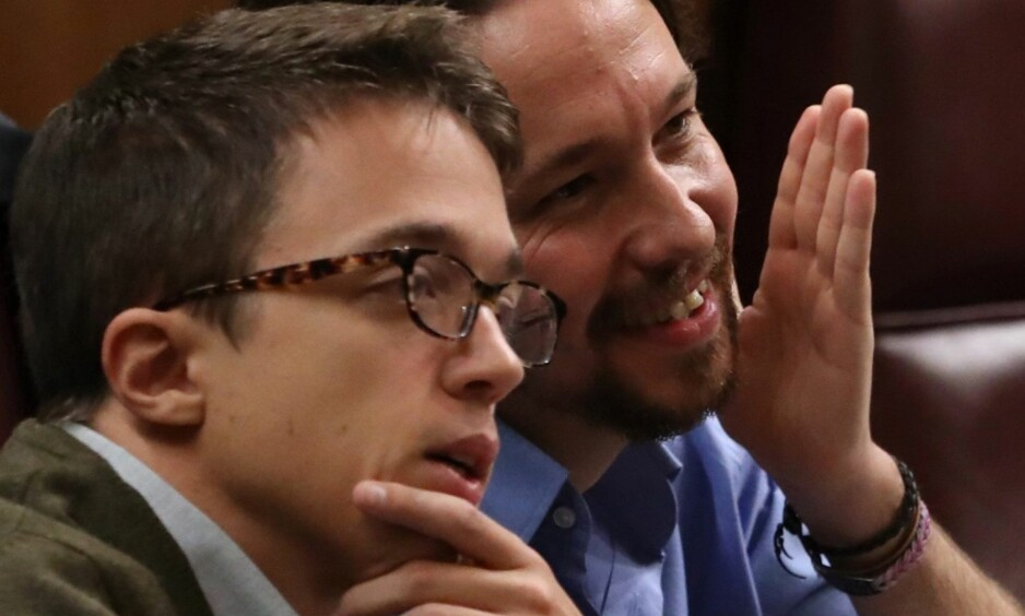 FULL SPREKK: De to øverste lederne i venstrepartiet Podemos er i politisk borgerkrig mot hverandre. Den politiske sekretæren og parlamentariske talspersonen Íñigo Errejón, til venstre, og generalsekretæren Pablo Iglesias, som sitter ved sida av hverandre i Deputertkongressen, er uenige om partiets vei videre. Foto: EPA / NTB Scanpix / J. J. GUILLEN