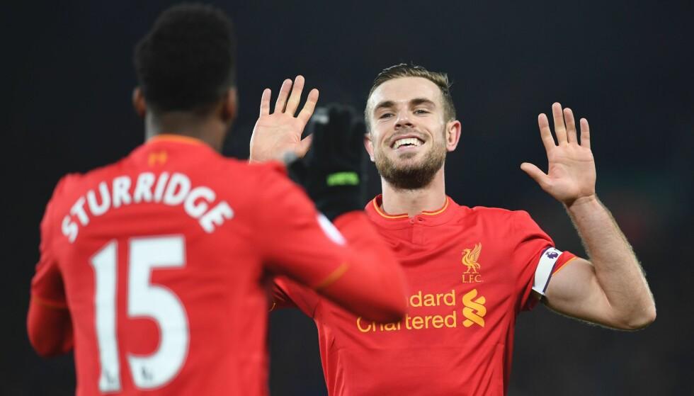 MYE Å GLISE FOR: Jordan Henderson (t.h.) gikk i bleier sist gang Liverpool hadde en bedre start på sesongen enn i år. Året var 1990. Her feirer han med Daniel Sturridge etter sistnevntes 4-1-goal. Foto: AFP / Paul ELLIS / NTB Scanpix