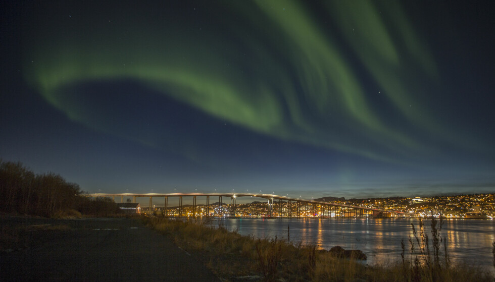 TREKKER TURISTER: Utenlandske turister tiltrekkes av nordlyset, Hurtigruten og vinteropplevelser uten ski. Her er nordlys over Tromsø. Foto: Jan-Morten Bjørnbakk / NTB Scanpix