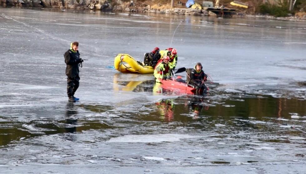FRYKTET ULYKKE - SAVNET MELDTE SEG: Dykkere og nødetater er på plass i Innsjøen Lyseren mellom Akershus og Østfold etter at det ble funnet to staver ved en råk i isen onsdag ettermiddag. Foto: Freddie Larsen.