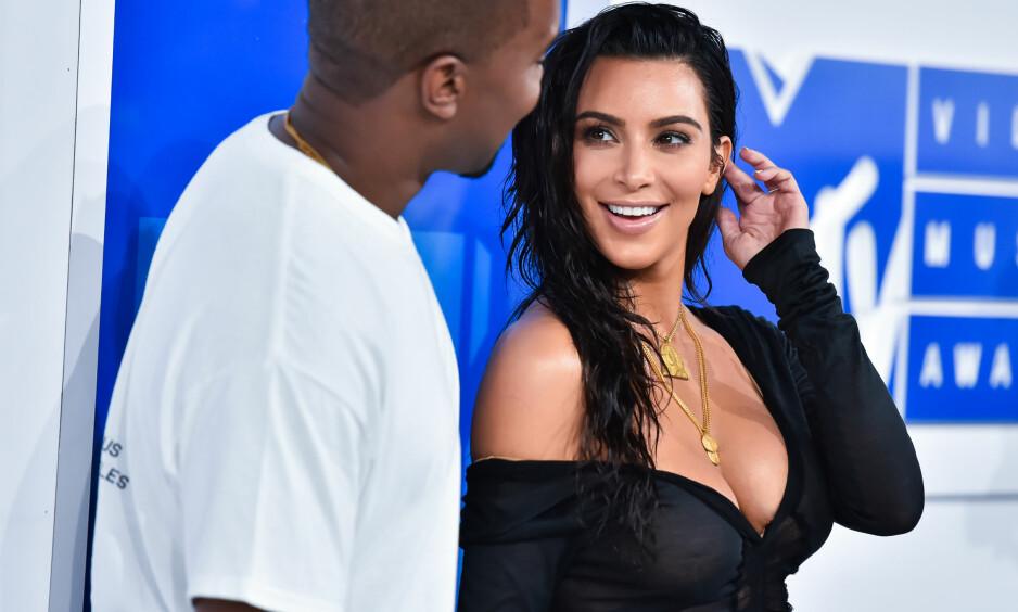 TILBAKE: Under moren Kris Jenners årlige julefest, viste Kim Kardashian West seg igjen etter det mye omtalte sjokkranet i Paris. Se alle bildene nedover i saken. Foto: Anthony Behar, NTB scanpix