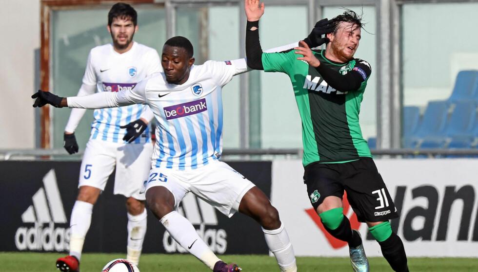 PÅ VEI TIL PREMIER LEAGUE: Wilfred Ndidi, her i duell med Sassuolos Simone Caputo (til høyre). Foto: NTB Scanpix