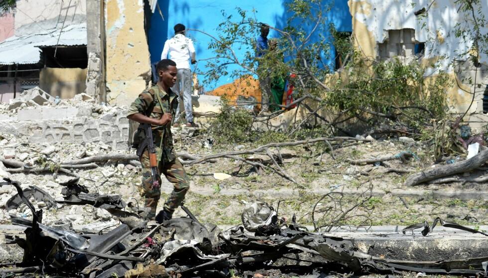 BOMBEANGREP: Sikkerhetspersonell undersøker åstedet etter et selvmorsangrep ved nasjonalteateret i Mogadishu i Somalia 15.desember i år. Foto:  Abdirizak Mohamud Tuuryare / Anadolu Agency / NTB Scanpix.