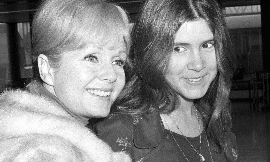 TIL SYKEHUS: Debbie Reynolds, her med sin avdøde datter Carrie Fisher (t.v.), ble sendt til sykehus onsdag. Natt til torsdag opplyser sønnen at hun er død. Foto: NTB Scanpix