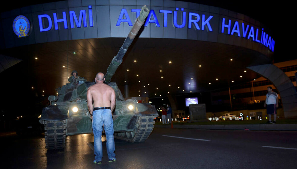 KUPPFORSØK I TYRKIA: En mann står foran en tanks ved Ataturk flyplass i Istanbul 16. juli i år. Foto: Reuters / Stringer / NTB Scanpix