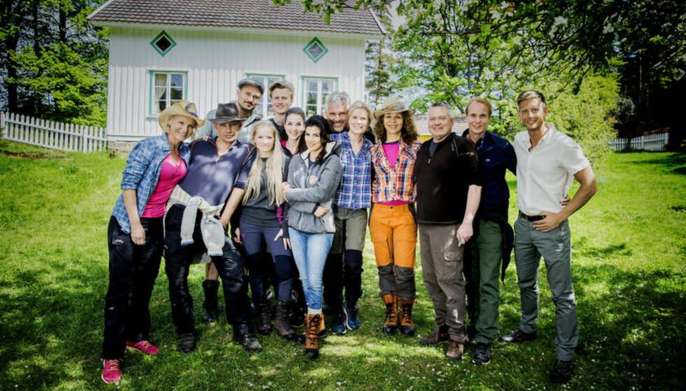 HER ER DELTAKERNE: Lotto-vertinne Ingeborg Myhre Luedlow (41), «Fjorden Cowboys»-stjerne Leif-Einar «Lothepus» Lothe (46), komiker og «Sofa»-stjerne Tore Petterson (37), blogger og eventyrer Tonje Blomseth (22), toppsvømmer og modell Lavrans Solli (24), tv-baker Ida Gran-Jansen (28), tidligere modell og pokerspiller Aylar Lie (32), skuespiller og programleder Jarl Goli (59), supermodell og programleder Vendela Kirsebom (49), treningsguru og tv-profil Kari Jaquesson (54), tv-kokk Lars Barmen (53) og realitykjendis Petter Pilgaard (36). Ytterst til høyre står «Farmen»-programleder Gaute Grøtta Grav. Foto: Bjørn Langsem / Dagbladet