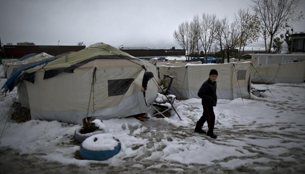 TØFF VIRKELIGHET: - Virkeligheten du ser på internett, den ser hjelpearbeiderne på bakken: Snøen, minusgradene, frykten og helsefaren.Her fra en flyktningleir i Hellas. Foto: NTB Scanpix