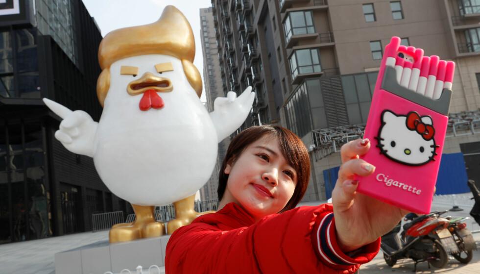 TRUMP-HANE: For å markere det kinesiske nyttåret og det som vil bli hanens år i den kinesiske kalenderen, er det blitt reist en gigantisk hanestatue utenfor et kjøpesenter i byen Taiyuan. Foto: Jon Woo / Reuters / NTB Scanpix