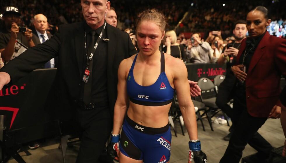 DEN SISTE YDMYKELSEN: Ronda Rousey etter tapet mot Amanda Nunes 30.desember 2016. Det var Rouseys siste MMA-kamp. Foto: NTB Scanpix