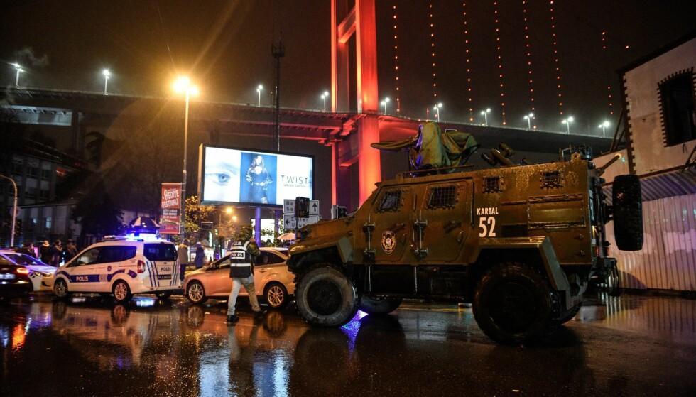 AVSPERRET: Politiet har sperret av et større område etter at én eller flere væpnede menn gikk til angrep på en nattklubb i Istanbul natt til søndag. Foto: EPA / STR / NTB scanpix