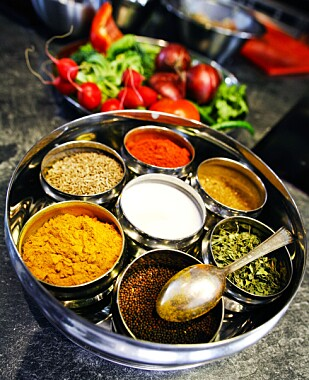 MER VEGETAR - MER KRYDDER: En amerikansk matundersøkelse gjennomført av Sterling-Rice Group viser at stadig flere spiser mindre kjøtt - og har lagt sin elsk på krydder, som det gule gurkemeie-krydderet. Foto: NTB Scanpix
