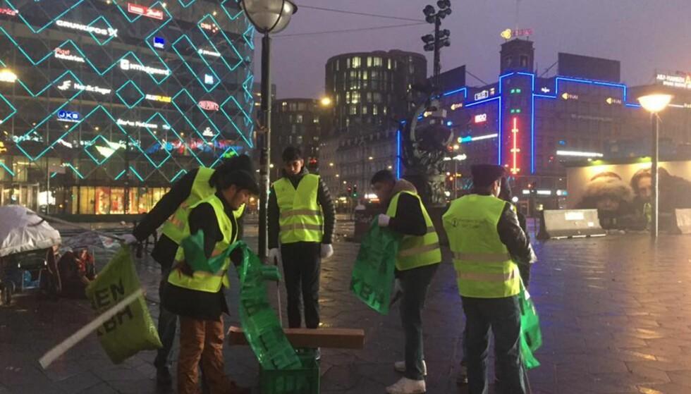 TIDLIG PÅ: Menigheten Muslimer for fred ryddet rådhusplassen i København første nyttårsdag. De ønsker å vise den positive siden av islam. Foto: Muslimer for fred / Facebook