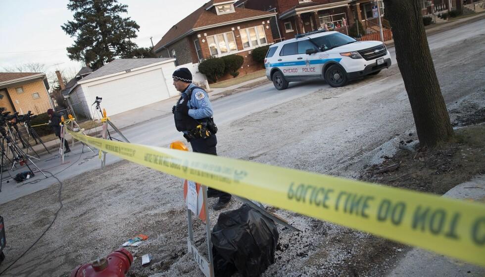 DRAPSHOVEDSTAD: Chicago er USAs drapshovedstad. Her holder en politimann vakt utenfor et hus i byens Southwest Side 4. februar i 2016. Da ble seks personer funnet drept i boligen. Foto: Scott Olson/Getty Images/AFP