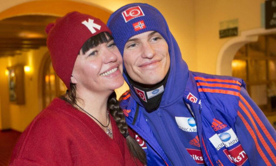 MOR OG SØNN: Daniel-André Tande og moren Trude var høyt oppe etter seieren i Nyttårshopprennet. Nå blir det mer tid sammen i Hoppuka. Foto: Terje Bendiksby / NTB Scanpix