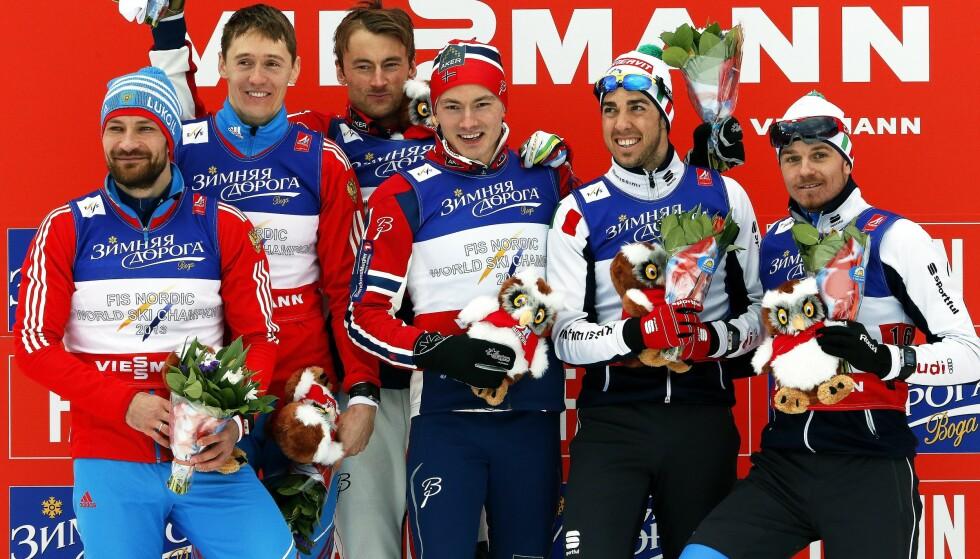 RESPEKT: Nikita Kriukov (nummer to fra venstre) har stor respekt for Petter Northug og de norske løperne, men det er flere ting han undrer seg over. Foto: Fehim Demir / EPA / NTB Scanpix