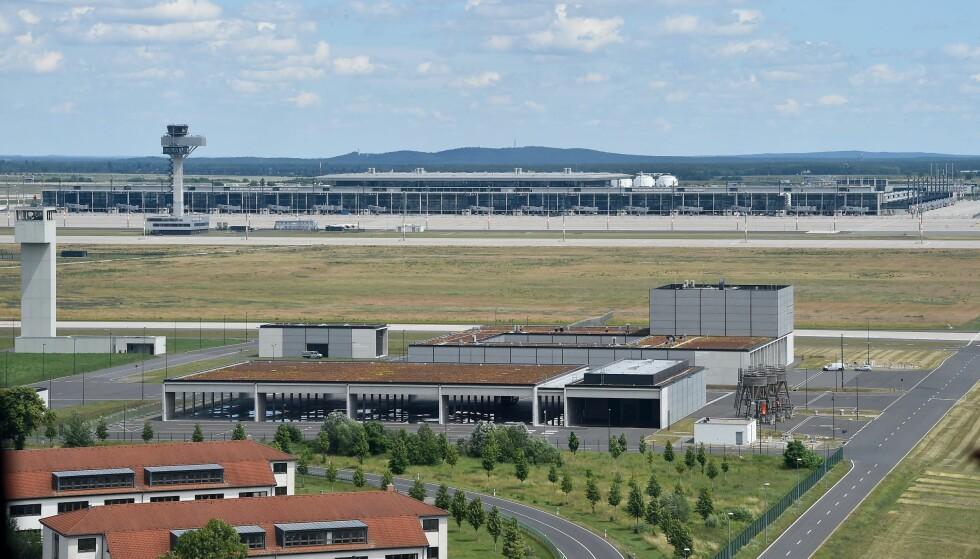 FORTSATT TOMT: Det prestisjefylte flyplassprosjektet i Berlin er foreløpig utsatt i sju år. Fortsatt er det uvisst når - eller om - det kan lande fly her. Prosjektet er en gedigen skandale. Foto: DPA / NTB Scanpix