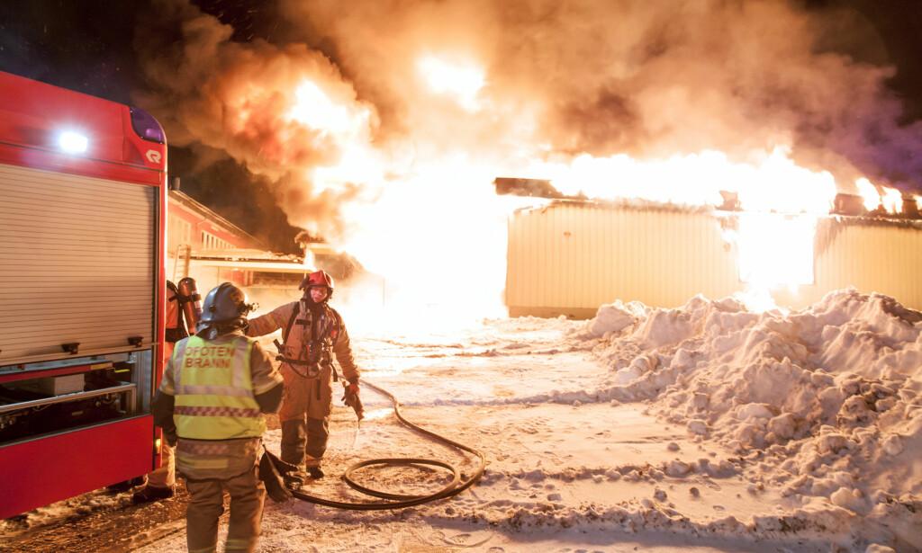 BRANT NED: Brann på Liland skole i Evenes i Nordland tirsdag morgen. Foto: Ragnar Bøifot / Fremover / NTB scanpix