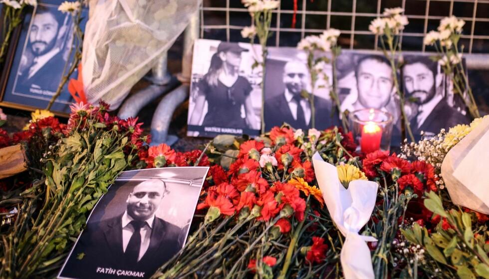 OFRENE: Bilder av noen av ofrene i terroranslaget mot nattklubben Reina i Istanbul natt til 1. nyttårsdag. Minst 39 ble drept og 68 skadd under nyttårsfeiringa. Helt i front sikkerhetsvakta Fatih, som overlevde terror tre uker tidligere. Foto: Berk Ozkan / Anadolu Agency / NTB Scanpix