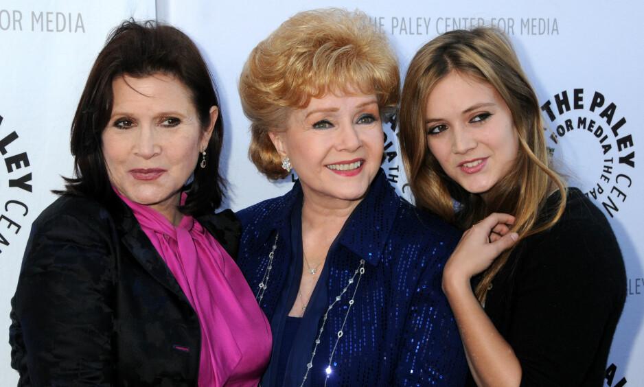TRE GENERASJONER: Skuespiller Billie Lourd (t.h) er i dyp sorg etter å ha mistet både bestemora (Debbie Reynolds) og mora (Carrie Fisher) i romjula. Her er de sammen på rød løper i 2011. Foto: Byron Purvis / AdMedia / NTB Scanpix