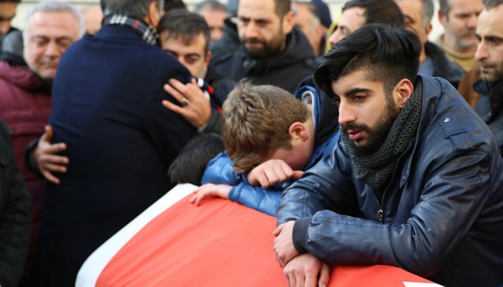 I SORG: Familiemedlemmer og venner sørger i en begravelsesseremoni etter terrorangrepet mot et utested i Istanbul 1. januar. Foto: Goktay Koraltan / Depo Photos / Scanpix