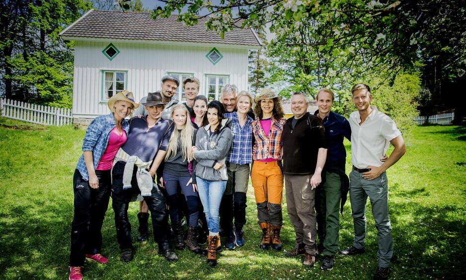 ALLE PÅ ET BRETT: Lotto-vertinne Ingeborg Myhre Luedlow (41), «Fjorden Cowboys»-stjerne Leif-Einar «Lothepus» Lothe (46), komiker og «Sofa»-stjerne Tore Petterson (37), blogger og eventyrer Tonje Blomseth (22), toppsvømmer og modell Lavrans Solli (24), tv-baker Ida Gran-Jansen (28), tidligere modell og pokerspiller Aylar Lie (32), skuespiller og programleder Jarl Goli (59), supermodell og programleder Vendela Kirsebom (49), treningsguru og tv-profil Kari Jaquesson (54), tv-kokk Lars Barmen (53) og realitykjendis Petter Pilgaard (36). Ytterst til høyre står «Farmen»-programleder Gaute Grøtta Grav. Foto: Bjørn Langsem / Dagbladet
