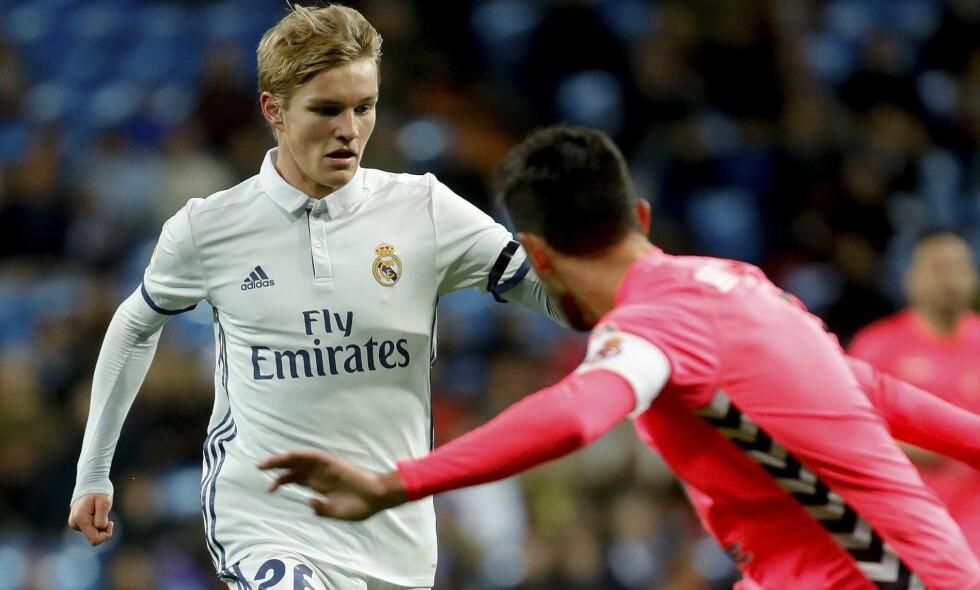 MED STJERNENE: Martin Ødegaard er med i kamptroppen til cupkamp mot Sevilla i kveld. Her fra kamp i cupen mot Cultural Leonesa i november i fjor. Foto: EPA/JUANJO MARTIN