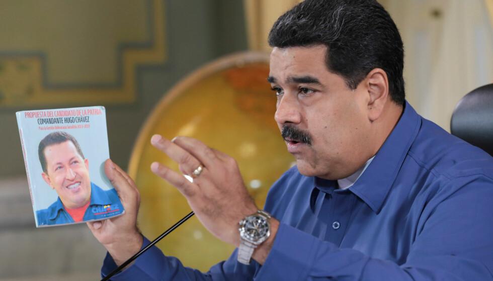 LÆREMESTER OG PROTESJÉ: President Nicolás Maduro ble håndplukket av avdøde Hugo Chávez til å bli hans etterfølger. Vestlige analytikere mener Venezuelas forfall startet allerede ved Chávez' maktovertakelse i 1999. Foto: Miraflores / Reuters / NTB Scanpix