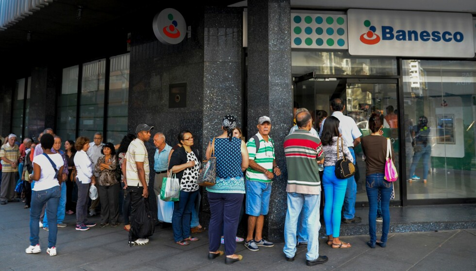 DESPERATE: Venezuelanere står i lang kø for å veksle inn 100-lappene sine etter at Maduro med 72 timers varsel kunngjorde at landets mest brukte seddel ville bli verdiløs. Foto: Federico Parra / AFP / NTB Scanpix