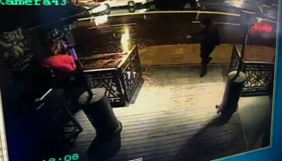 Et bilde fra et overvåkingskamera viser angriperen med skytevåpen på vei inn i nattklubben. Foto: AP / NTB scanpix