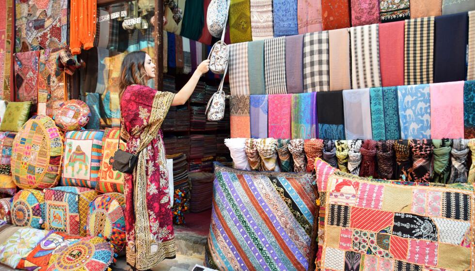SHOP 'TIL U DROP: I hele januar er det shoppingfestival i Dubai, og tilbudet er stort og variert. Fra gigantiske kjøpesentre til sjarmerende markeder som den fargerike tekstilsouken. Foto: Mari Bareksten / Magasinet Reiselyst